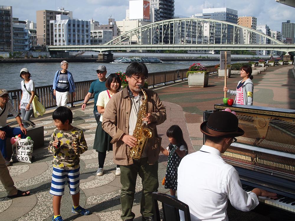 5-b_1005_street_piano